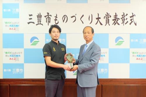 骨盤セルフケア器具「レグール」が三豊市ものづくり大賞受賞 市長から授与式