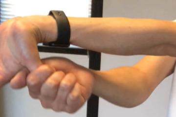 《腕橈骨筋ストレッチ方法》硬い肘の屈曲・回旋を軽くし、産後のママさんの手首ケアにも役立つ