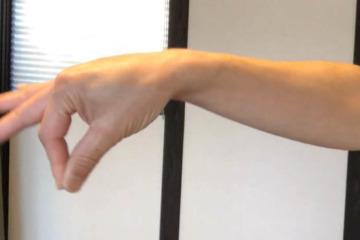 《示指伸筋ストレッチ方法》人差指の伸展運動と手首の柔軟性を高める