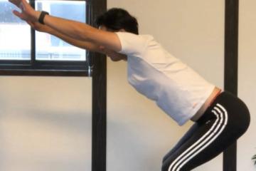 《僧帽筋ストレッチ方法》肩甲骨周辺の血行を促進しながら背中ダイエット
