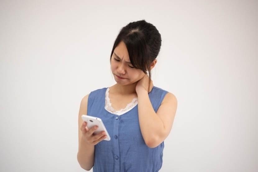 スマホを見過ぎて、椎骨のバランスが崩れを改善するストレッチ