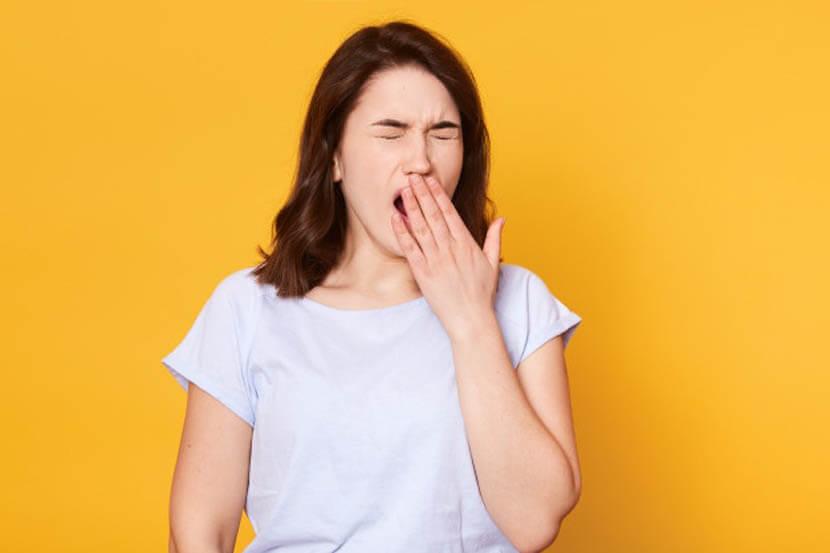 女性のあくび、口を大きく開ける動作