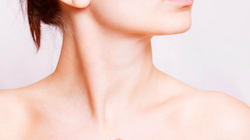 女性の胸鎖乳突筋をストレッチして首を美しく