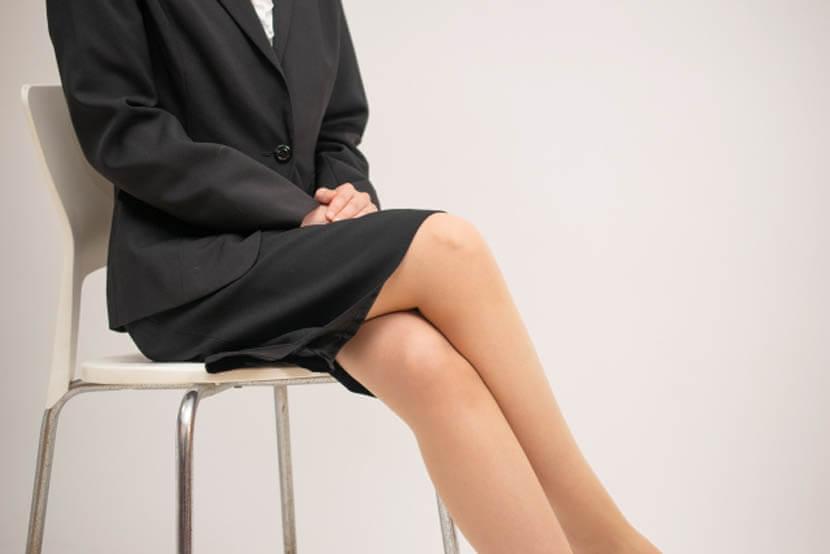 女性が脚を組んで骨盤を歪める