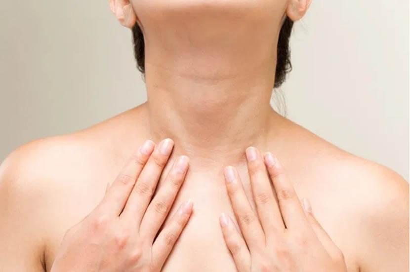 女性 首のシワを伸ばすストレッチ