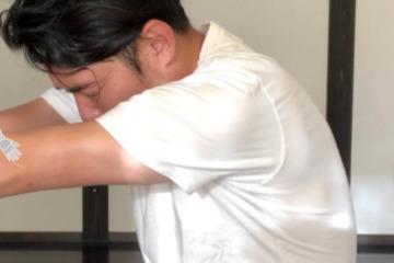 《頚板状筋ストレッチ方法》デスクワークで縮まった首背中を座りながら簡単にケア